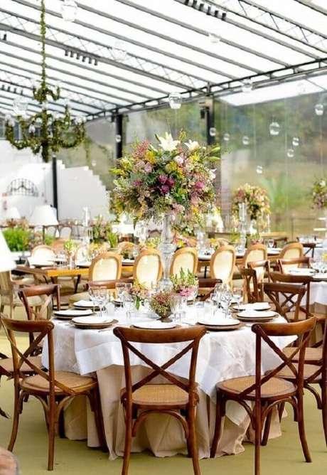 20. Festa de casamento no campo decorada com arranjo de flores bem grandes – Foto: Assetproject