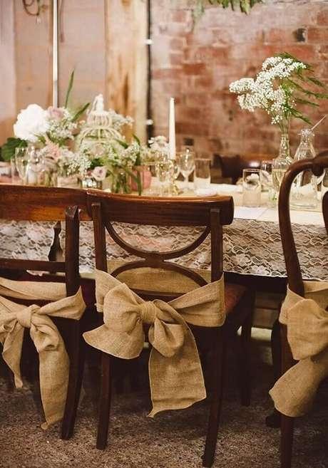 26. Aqui a decoração de casamento no campo ganhou laços rústicos em todas as cadeiras – Foto: Webcomunica
