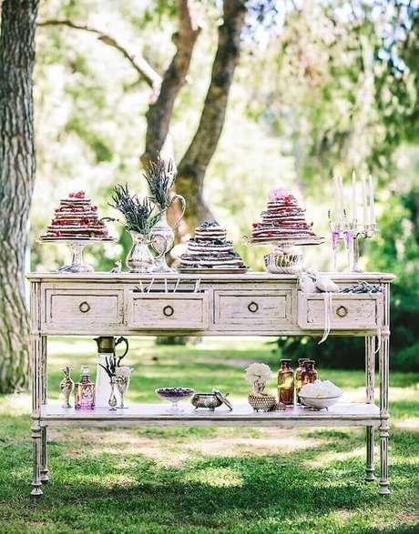 25. Os móveis antigos são ótimos para compor a decoração de casamento rústico no campo – Foto: Ruth Dourado