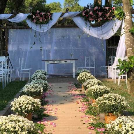 50. Decoração para cerimônia de casamento simples no campo com arranjo de flores brancas – Foto: Bia Belinha