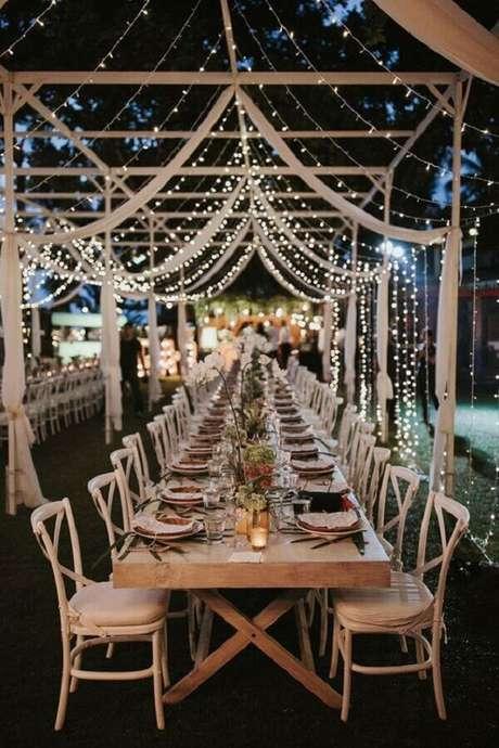 19. A cortina de luzinha é garantia de uma iluminação super aconchegante para o casamento no campo a noite – Foto: 33Decor