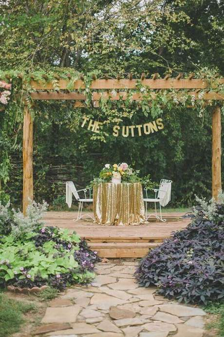 70. Mesa decorada para noivos de casamento no campo – Foto: Assetproject