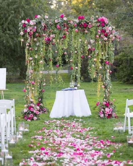 3. Decoração romântica para casamento no campo de dia com flores e folhas decorando o altar – Foto: MODwedding