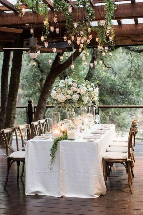 42. Velas suspensas deixam a decoração de casamento no campo super charmosa – Foto: MODwedding