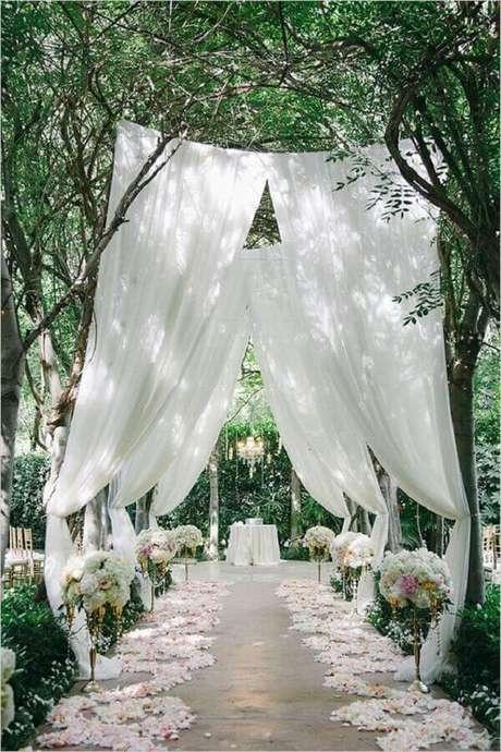 55. Cerimônia de casamento no campo com decoração romântica – Foto: ELLE Decoration