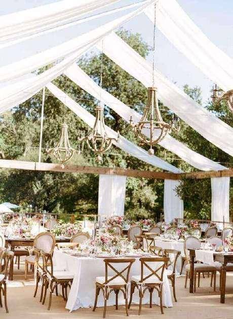 62. Festa de casamento no campo decorada com lustres rústicos – Foto: WeddCeremony