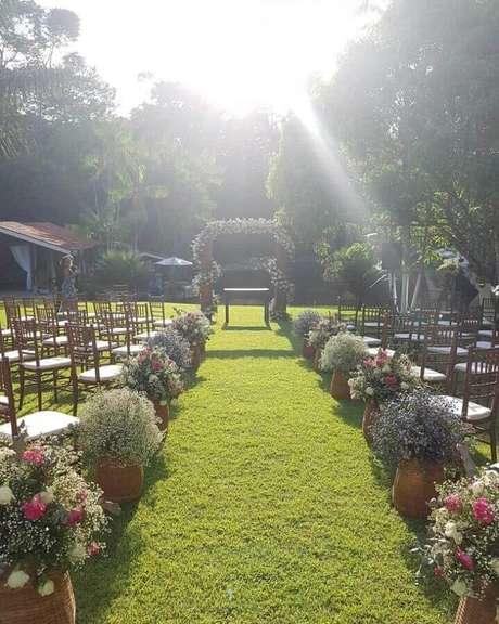 27. Cerimônia de casamento no campo decorado com vasos de flores simples – Foto: Sítio Caminho Real