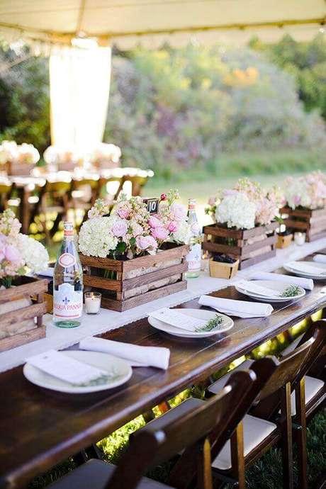 4. Invista em arranjos simples de flores para compor a decoração de casamento simples no campo – Foto: Weddbook