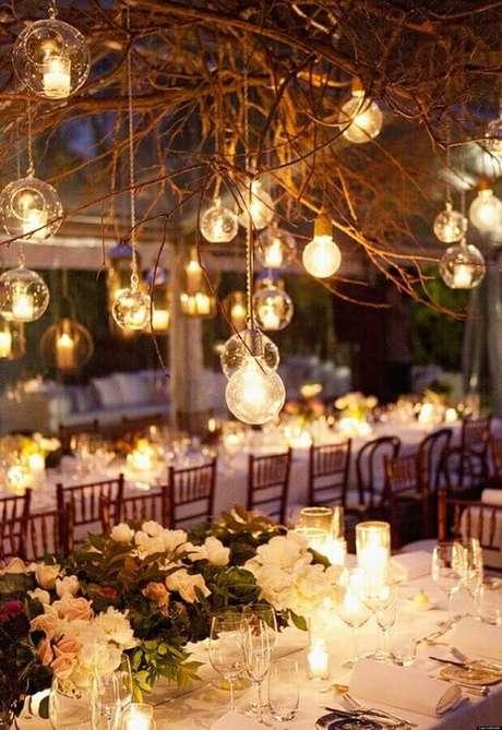 44. Decoração delicada para casamento no campo a noite com lâmpadas em galhos secos – Foto: Wedding Ideas