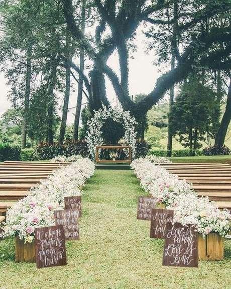 28. Decoração para cerimônia de casamento rústico no campo – Foto: Pinterest