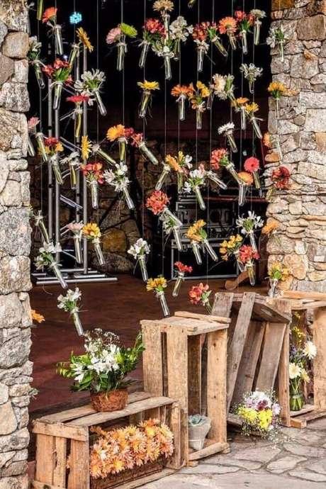 29. Decoração com cortina de flores para casamento rústico no campo – Foto: Muito Chique