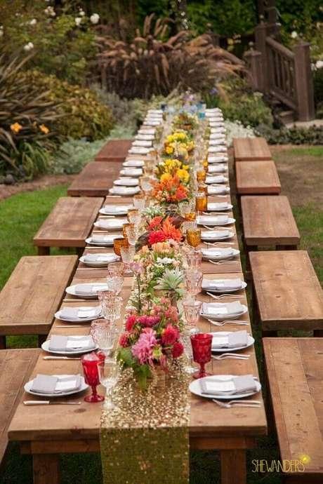 32. Decoração com arranjos simples de flores para casamento rústico no campo – Foto: She Wanders