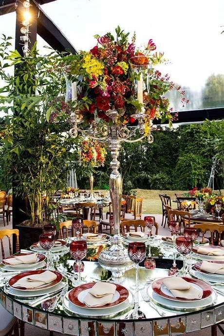 58. Arranjo de flor sofisticado para festa de casamento no campo – Foto: Assetproject