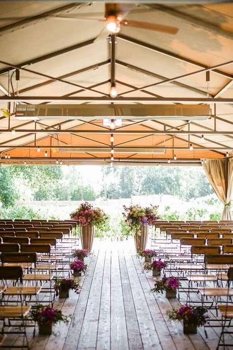 14. Arranjo de flores para decoração de cerimônia de casamento simples no campo – Foto: Assetproject