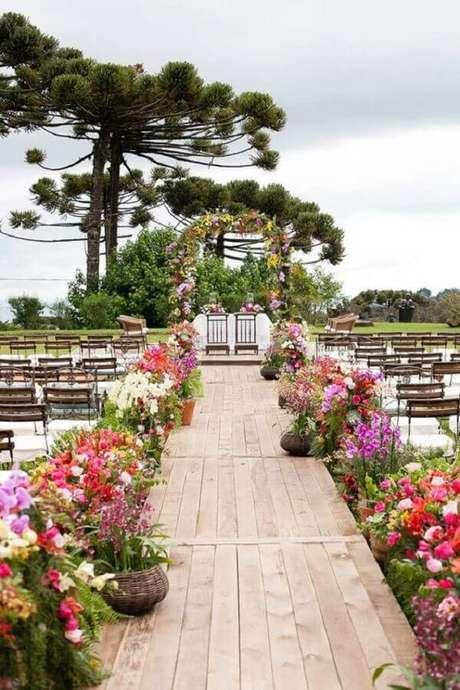 13. Decoração de casamento no campo de dia com arranjos de flores por todo o caminho – Foto: Ideias Decor