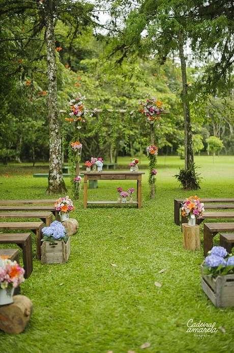 57. Decoração para festa de casamento rústico no campo com caixotes de madeira para arranjo de flores – Foto: Cadeira Amarela