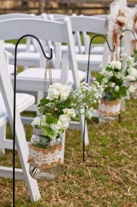 23. Decoração de casamento no campo com vasinhos de vidro no caminho dos noivos – Foto: Wohh Wedding