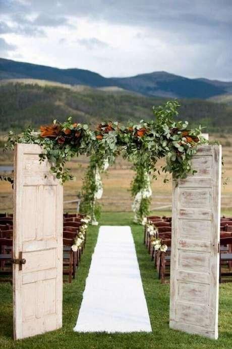 24. Decoração para casamento rústico no campo com porta antiga – Foto: CoachDecor