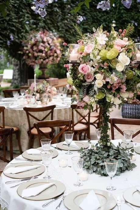 11. Arranjo de flores e folhagens para festa de casamento no campo com decoração sofisticada – Foto: Constance Zahn