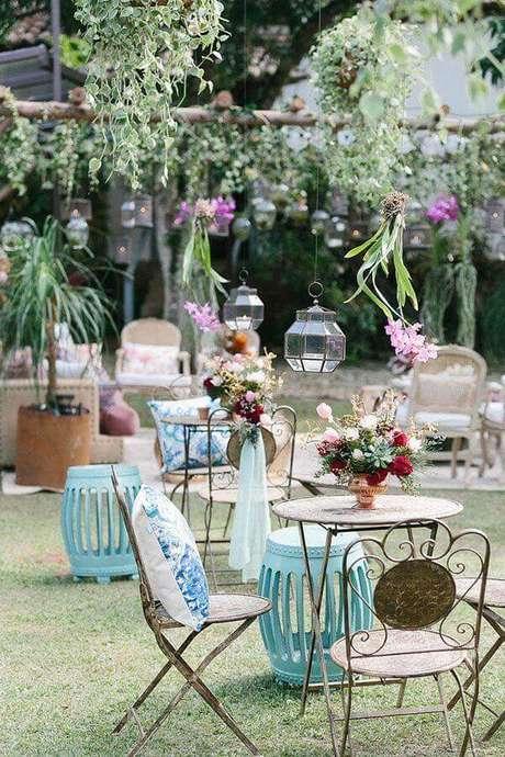 21. Decoração de casamento no campo de dia com móveis de ferro com design clássico – Foto: Constance Zahn
