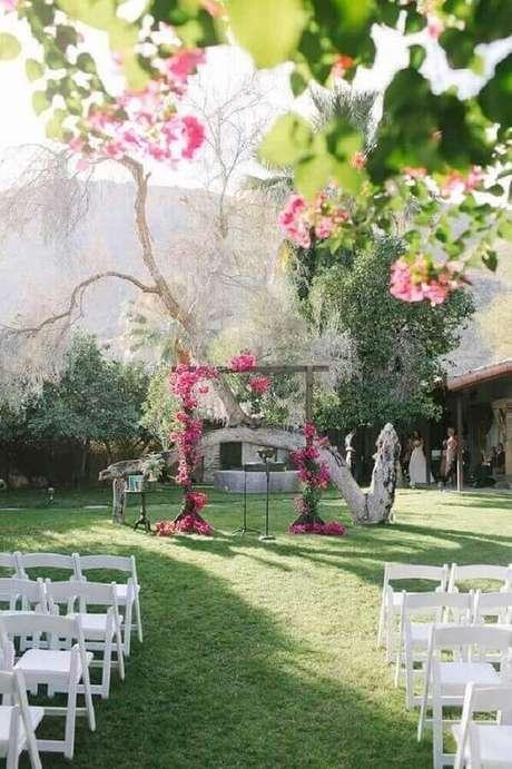 67. Ideia para decoração de cerimônia de casamento no campo simples – Foto: Home Decoo