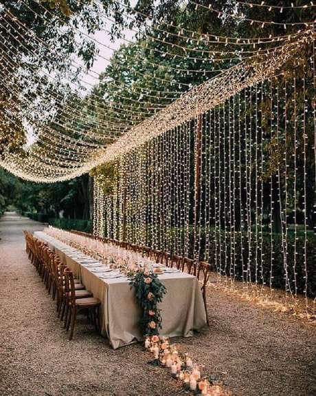 30. A cortina de pisca pisca cria um clima lindo e aconchegante na festa de casamento no campo – Foto: Pinterest