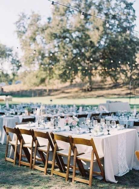 31. Decoração clean para festa de casamento no campo de dia – Foto: Style me Pretty