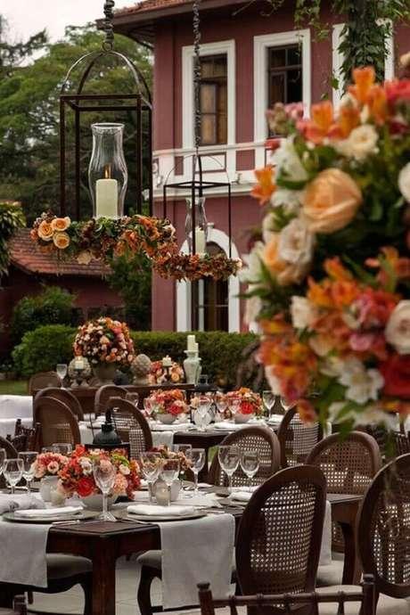 16. Lindos arranjos de flores para decoração de casamento no campo – Foto: Constance Zahn