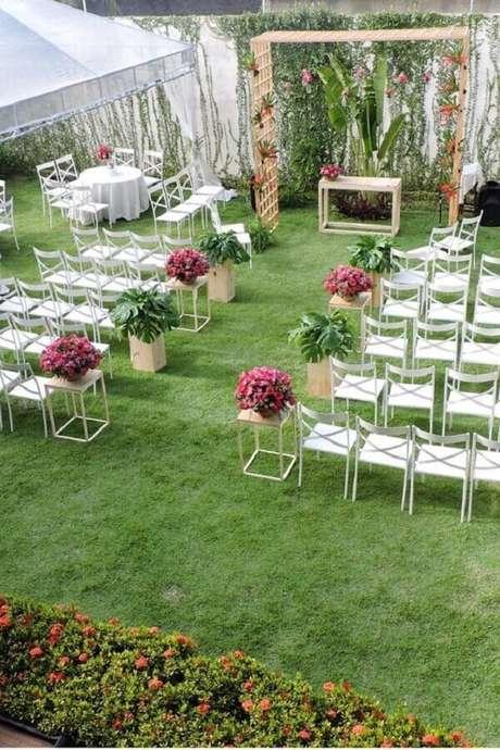 37. Decoração para cerimônia de casamento simples no campo – Foto: Casamentos