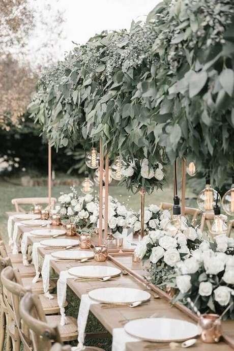61. Festa de casamento no campo decorada com arranjo de folhagens e flores brancas – Foto: Pinosy