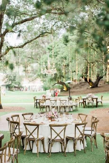 60. Decoração de festa de casamento no campo com mesas redondas – Foto: Architectural Home Styles