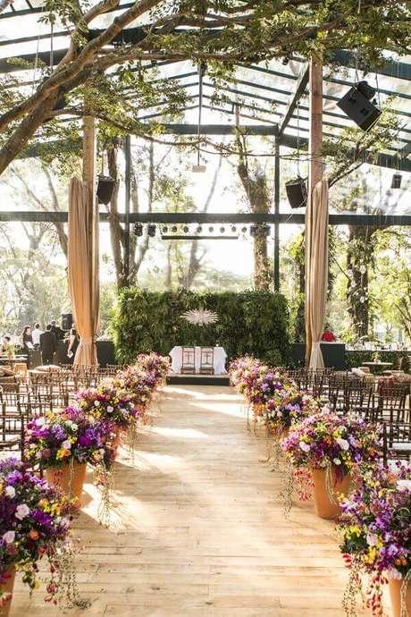 12. Cerimônia de casamento no campo de dia com decoração rústica – Foto: Pinterest