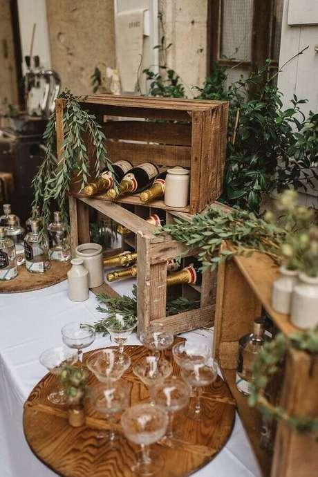 69. Mesa de bebidas com decoração rústica para casamento no campo – Foto: Possible Decor