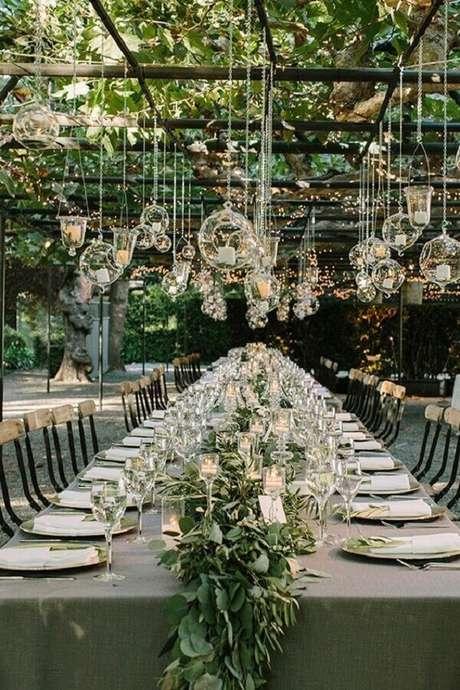 45. Linda decoração moderna com folhagens e velas para casamento no campo de dia – Foto: Party Decoration Ideas