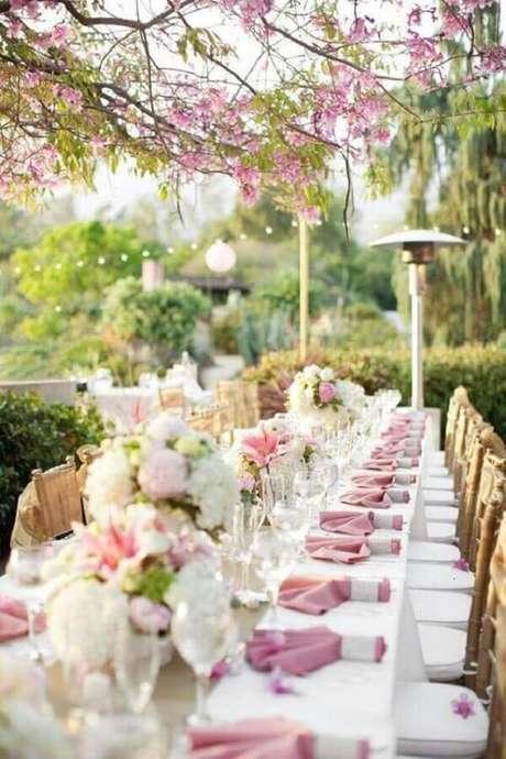 54. Decoração romântica para casamento no campo de dia com flores brancas e rosa – Foto: Style Me Pretty