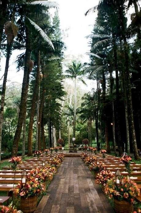 59. Utilize um lindo caminho de árvore para a decoração do seu casamento no campo – Foto: Ideaboz