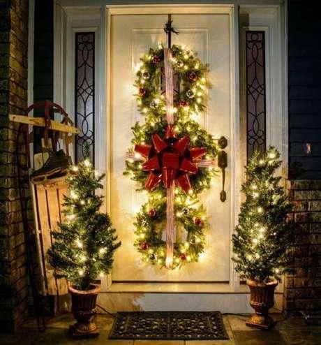 45. Enfeite de natal para porta feito pisca-pisca e guirlandas. Fonte: Pinterest