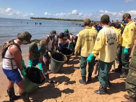 Militares da Marinha e agentes do Ibama trabalham para retirar óleo da foz do rio Jaboatão, em Pernambuco