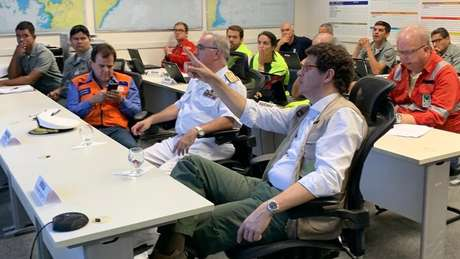 À direita, ministro do Meio Ambinte, Ricardo Salles, em reunião sobre o vazamento de óleo no Nordeste; órgão deveria liderar resposta do governo ao incidente, segundo especialistas