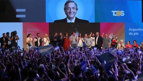 Alberto Fernández e a ex-presidente Cristina Kirchner comemoram os resultados das eleições em Buenos Aires; ambos citaram líderes políticos de outros países latino-americanos, incluindo do Brasil