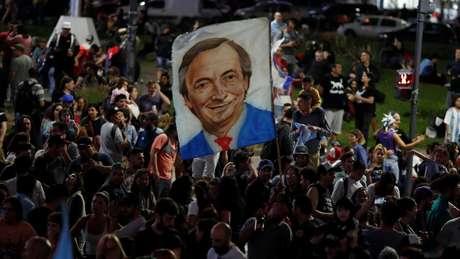 Imagem de Nestor Kirchner em comemoração na capital argentina; cientista político lembra vínculo forte entre ele e o ex-presidente brasileiro Luiz Inácio Lula da Silva