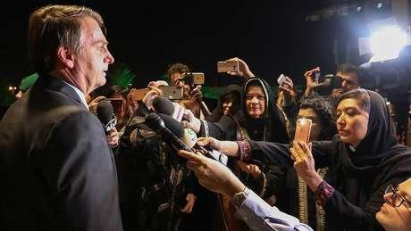 'Vocês estão mais bonitas assim', afirma Bolsonaro a jornalistas brasileiras com vestimenta adequada à lei islâmica