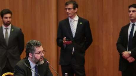 O ministro das Relações Exteriores, Ernesto Araújo, fez anúncios sobre investimentos ao lado de Onyx Lorenzoni