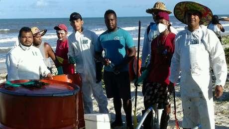 Pescadores se mobilizaram para retirar aproximadamente 80 kg de óleo do mar