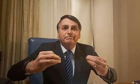 O presidente Jair Bolsonaro, durante transmissão nas redes sociais