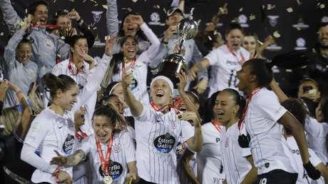 Jogadoras do Corinthians comemoram título da Libertadores