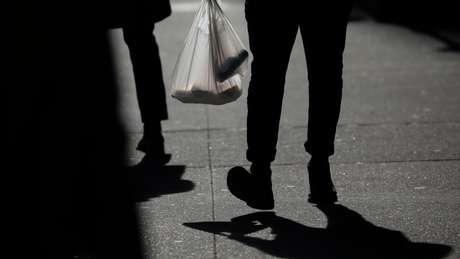 A família do homem que criou sacolas de plástico diz que elas foram feitas para ajudar o planeta