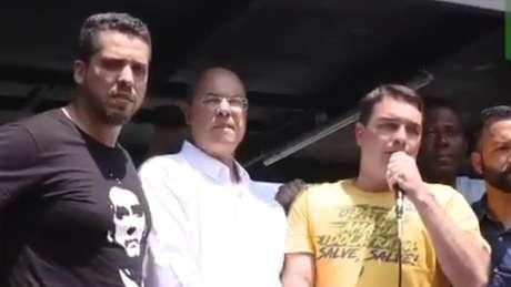 Witzel (ao centro) foi eleito com apoio de Flávio Bolsonaro (dir.), mas descolou sua imagem da família e agora se tornou um desafeto