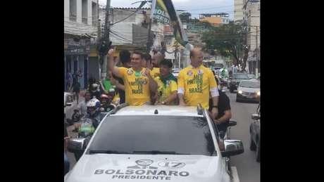"""""""Governador, todos nós vestimos a mesma camisa, que é a camisa do Brasil, da decência, da moralidade e do respeito com o dinheiro do contribuinte"""", disse Flávio, apoiando Witzel em campanha"""