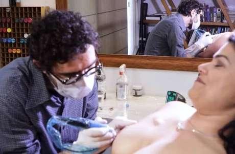Mulheres que venceram luta contra câncer conseguem fazer reconstrução mamária através da tatuagem.